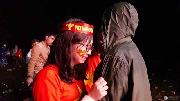 Netizen Trung đồng cảm trước hình ảnh nữ CĐV Việt Nam bật khóc khi kết thúc trận đấu: Đừng khóc cô gái ơi, các bạn đã cống hiến đủ rồi - Ảnh 10.