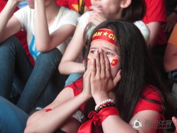 Netizen Trung đồng cảm trước hình ảnh nữ CĐV Việt Nam bật khóc khi kết thúc trận đấu: Đừng khóc cô gái ơi, các bạn đã cống hiến đủ rồi - Ảnh 11.