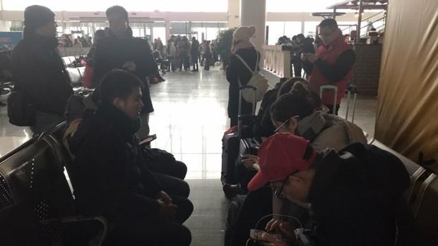 Nhiều chuyến bay Quốc tế tại Trung Quốc bị hủy bỏ hoặc hoãn lại, CĐV Việt Nam bị mắc kẹt, lo không kịp về nước - Ảnh 1.