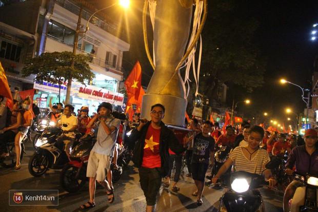 Lại thêm 1 chàng cổ động viên điển trai của U23 Việt Nam được chú ý - Ảnh 3.