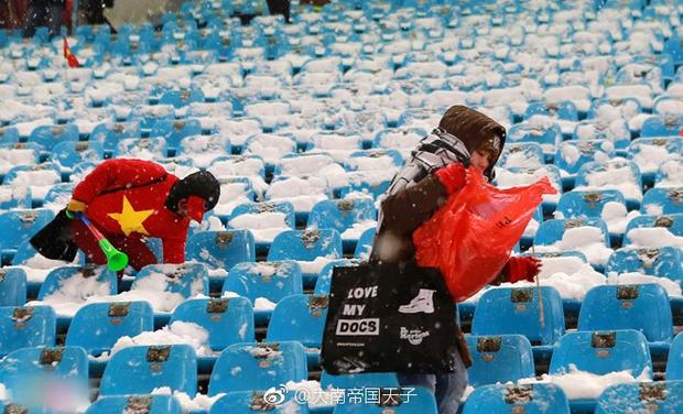 Netizen Trung đồng cảm trước hình ảnh nữ CĐV Việt Nam bật khóc khi kết thúc trận đấu: Đừng khóc cô gái ơi, các bạn đã cống hiến đủ rồi - Ảnh 5.