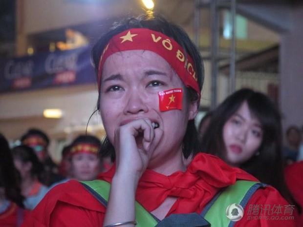 Netizen Trung đồng cảm trước hình ảnh nữ CĐV Việt Nam bật khóc khi kết thúc trận đấu: Đừng khóc cô gái ơi, các bạn đã cống hiến đủ rồi - Ảnh 13.