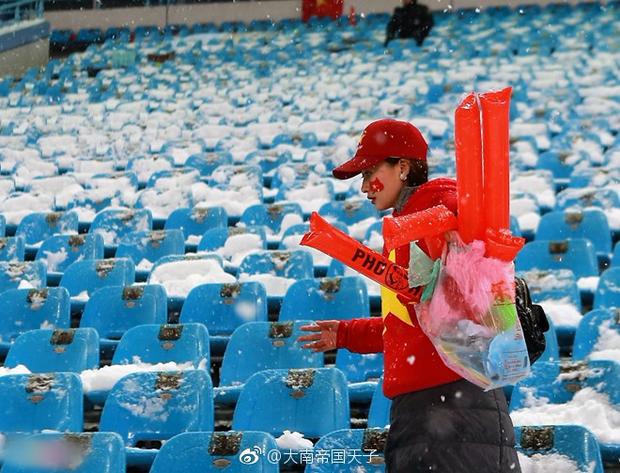 Netizen Trung đồng cảm trước hình ảnh nữ CĐV Việt Nam bật khóc khi kết thúc trận đấu: Đừng khóc cô gái ơi, các bạn đã cống hiến đủ rồi - Ảnh 6.