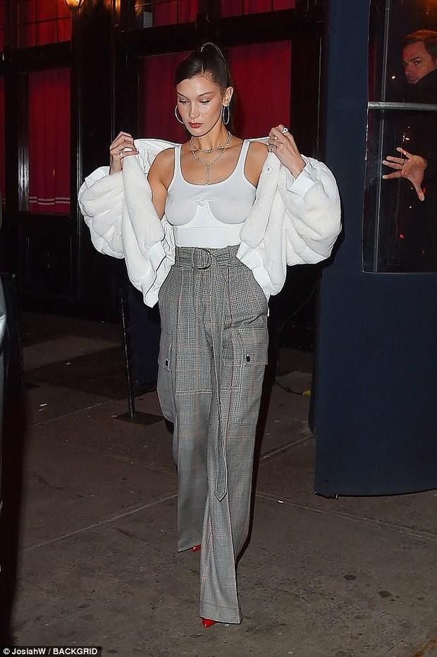 Mặc áo siêu ngắn lại còn thả rông, Kendall Jenner liên tục che chắn vì sợ lộ ngực - Ảnh 8.