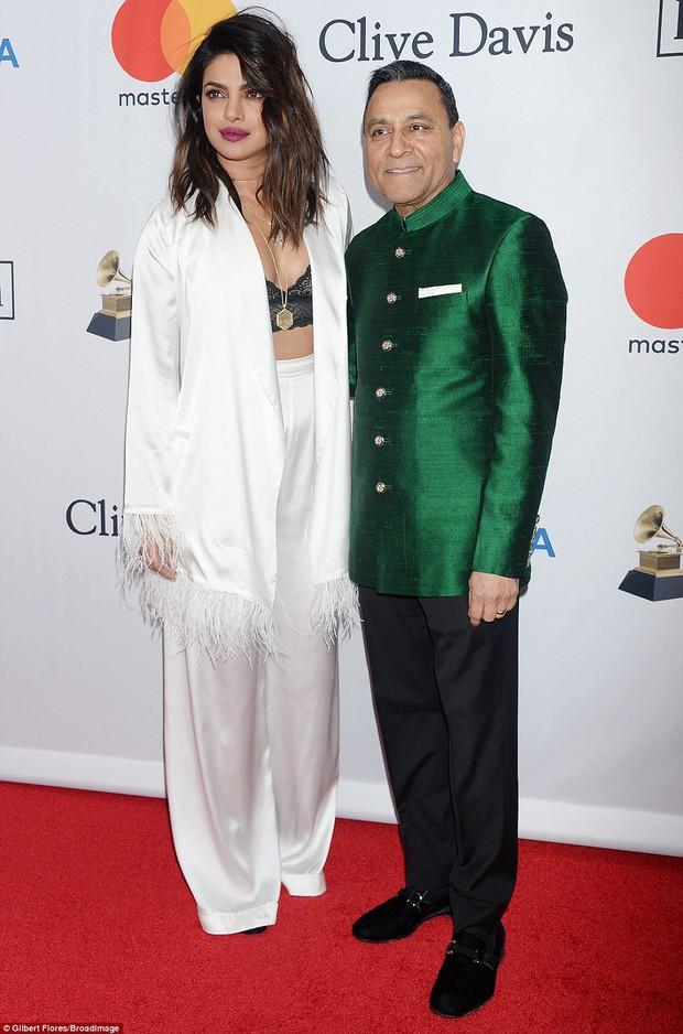 Loạt sao xuất hiện lộng lẫy, khoe đường cong bốc lửa trên thảm đỏ tiệc tiền Grammy 2018 - Ảnh 10.