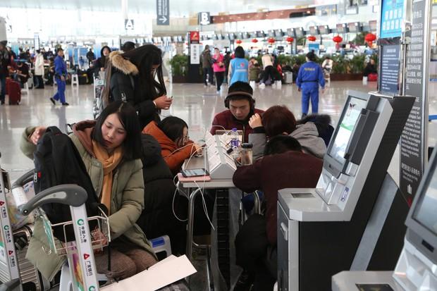 Nhiều chuyến bay Quốc tế tại Trung Quốc bị hủy bỏ hoặc hoãn lại, CĐV Việt Nam bị mắc kẹt, lo không kịp về nước - Ảnh 5.