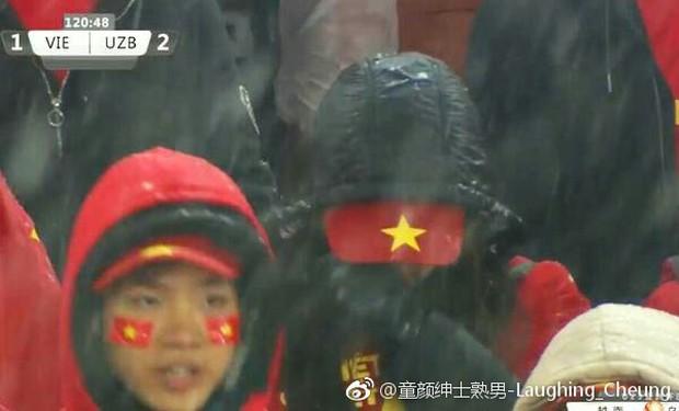 Netizen Trung đồng cảm trước hình ảnh nữ CĐV Việt Nam bật khóc khi kết thúc trận đấu: Đừng khóc cô gái ơi, các bạn đã cống hiến đủ rồi - Ảnh 3.