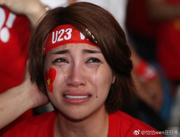 Netizen Trung đồng cảm trước hình ảnh nữ CĐV Việt Nam bật khóc khi kết thúc trận đấu: Đừng khóc cô gái ơi, các bạn đã cống hiến đủ rồi - Ảnh 7.