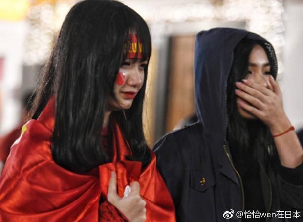 Netizen Trung đồng cảm trước hình ảnh nữ CĐV Việt Nam bật khóc khi kết thúc trận đấu: Đừng khóc cô gái ơi, các bạn đã cống hiến đủ rồi - Ảnh 8.