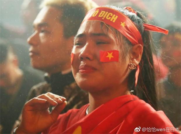 Netizen Trung đồng cảm trước hình ảnh nữ CĐV Việt Nam bật khóc khi kết thúc trận đấu: Đừng khóc cô gái ơi, các bạn đã cống hiến đủ rồi - Ảnh 9.