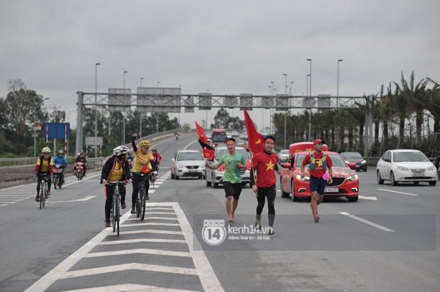 Chùm ảnh: Người hâm mộ cầm cờ Tổ quốc, chạy bộ ra sân bay Nội Bài để đón U23 Việt Nam - Ảnh 6.