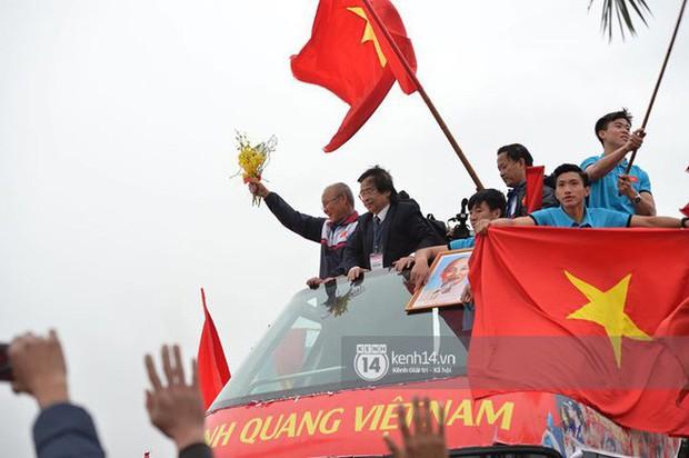 U23 Việt Nam báo công trước Lăng Bác, khép lại buổi diễu hành rộn ràng kéo dài 5 tiếng - Ảnh 1.