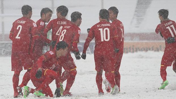 U23 Việt Nam đỏ chói giữa tuyết trắng Thường Châu: Bộ phim sử thi đẹp đến lặng người từ hai sắc màu bi tráng - Ảnh 2.