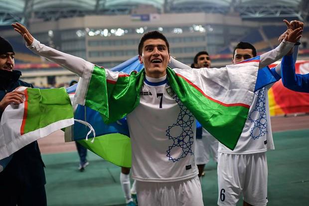Fan bóng đá Uzbekistan vui mừng hò reo, ăn mừng chiến thắng của đội tuyển trong trận chung kết lịch sử - Ảnh 2.