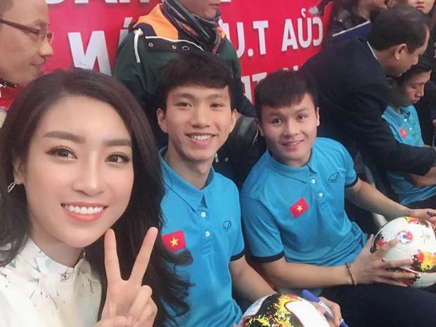 Hoa hậu Mỹ Linh đăng ảnh bên Văn Hậu - Quang Hải và hỏi: Ai xinh nhất - Ảnh 1.