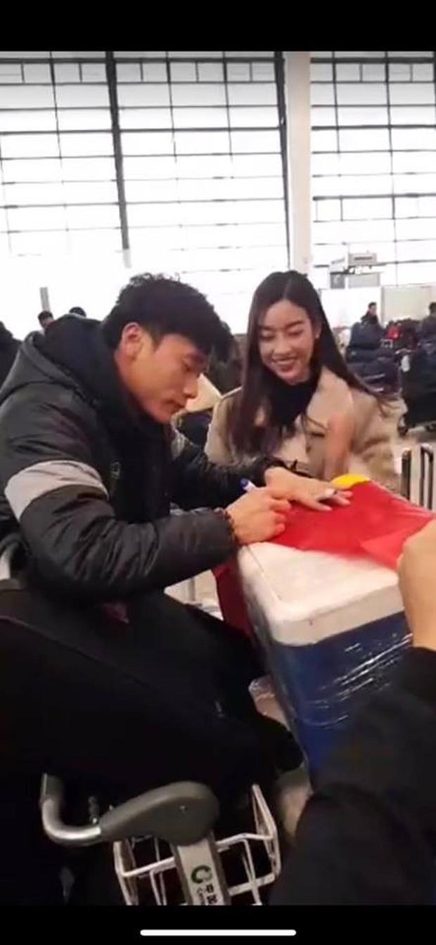 Hoa hậu Mỹ Linh đăng ảnh bên Văn Hậu - Quang Hải và hỏi: Ai xinh nhất - Ảnh 2.