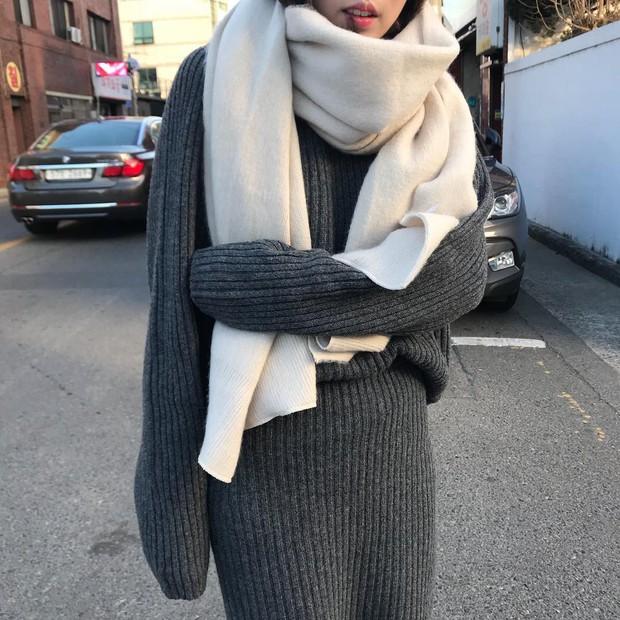Set áo + váy len đồng màu, công thức hot rần rần sinh ra cho các cô nàng lười nhưng vẫn muốn mặc đẹp mùa đông này - Ảnh 6.
