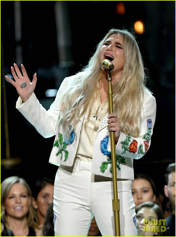 Cả showbiz xúc động vì màn trình diễn chống xâm hại tình dục của Kesha tại Grammy 2018 - Ảnh 2.