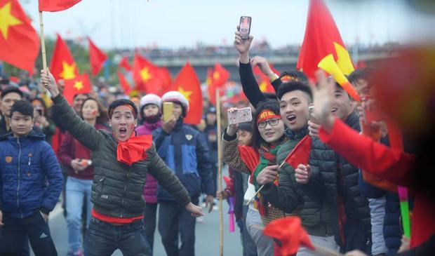 Báo Hàn Quốc trầm trồ với những dòng thác đỏ mừng U23 Việt Nam trở về - Ảnh 1.