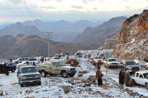 Không chỉ ở Thường Châu mới lạnh, Ả Rập Xê-út vốn nổi tiếng nắng nóng cũng có tuyết rơi rồi - Ảnh 1.