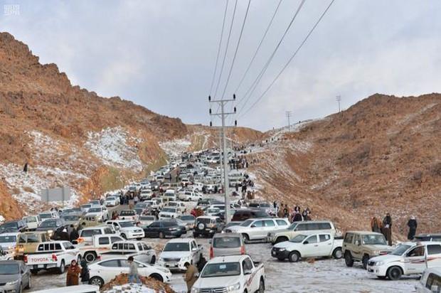 Không chỉ ở Thường Châu mới lạnh, Ả Rập Xê-út vốn nổi tiếng nắng nóng cũng có tuyết rơi rồi - Ảnh 3.