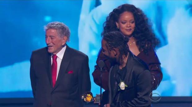 Khoảnh khắc khó xử tại Grammy 2018: Huyền thoại 91 tuổi trao giải xong... đứng chắn khiến Rihanna không thể bước lên - Ảnh 3.