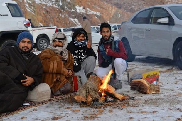Không chỉ ở Thường Châu mới lạnh, Ả Rập Xê-út vốn nổi tiếng nắng nóng cũng có tuyết rơi rồi - Ảnh 4.