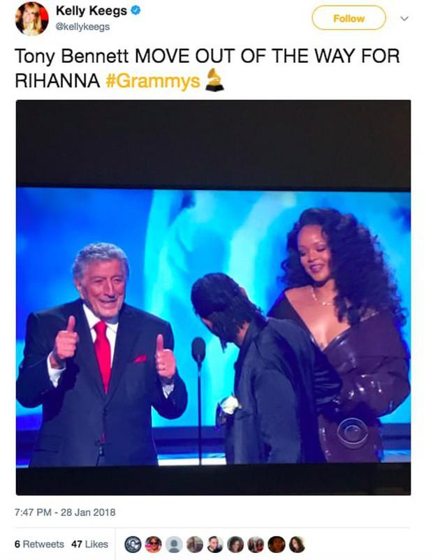 Khoảnh khắc khó xử tại Grammy 2018: Huyền thoại 91 tuổi trao giải xong... đứng chắn khiến Rihanna không thể bước lên - Ảnh 5.