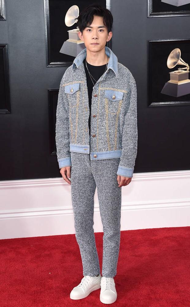 """Ăn vận """"cool ngầu"""" đến Grammy, nhưng ai ngờ Dịch Dương Thiên Tỉ (TFBoys) lại diện đồ nữ lên thảm đỏ - Ảnh 1."""