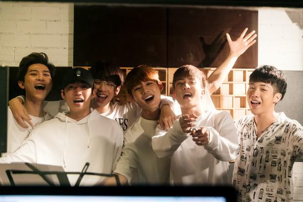 """Không thể không xem: 19 ca sĩ, nhóm nhạc đình đám Vpop hòa giọng đầy cảm xúc trong MV ca khúc chủ đề của album """"Bình tĩnh sống"""" - Ảnh 17."""