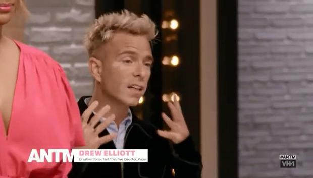 Giám khảo Next Top Mỹ cạo đầu cổ vũ thí sinh xong lại... đội tóc giả ghi hình - Ảnh 2.