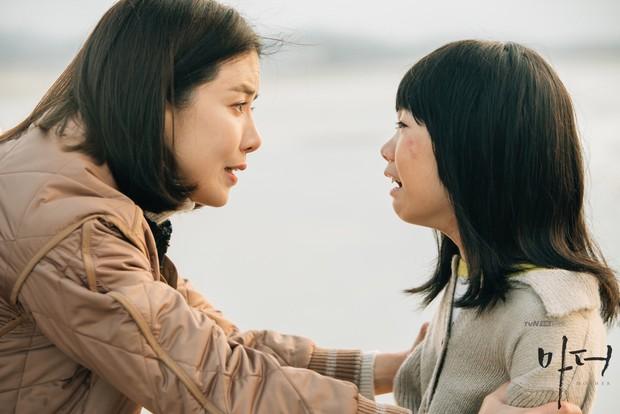 Bạn sẽ khóc vì Mother của Lee Bo Young - Hành trình bắt cóc để cứu vãn cuộc đời một đứa trẻ - Ảnh 2.