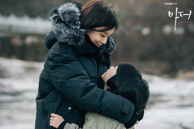 Bạn sẽ khóc vì Mother của Lee Bo Young - Hành trình bắt cóc để cứu vãn cuộc đời một đứa trẻ - Ảnh 5.
