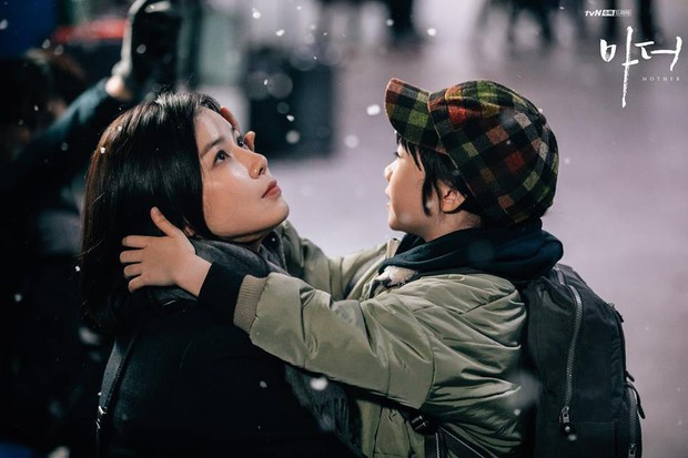 Bạn sẽ khóc vì Mother của Lee Bo Young - Hành trình bắt cóc để cứu vãn cuộc đời một đứa trẻ - Ảnh 3.