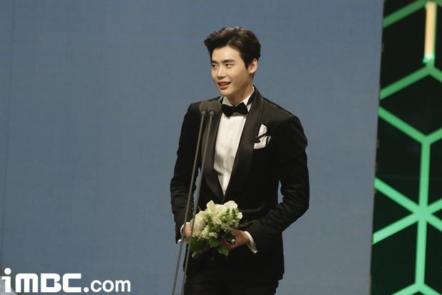 7 phi vụ khiến ta nhận ra các giải thưởng phim Hàn có khi như một trò đùa - Ảnh 3.