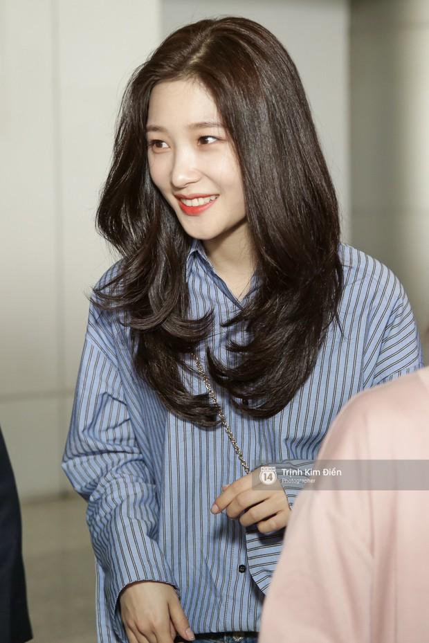 Loạt ảnh: Cận cảnh nhan sắc đỉnh cao của nữ thần thế hệ mới Jung Chae Yeon tại sân bay Tân Sơn Nhất - Ảnh 3.