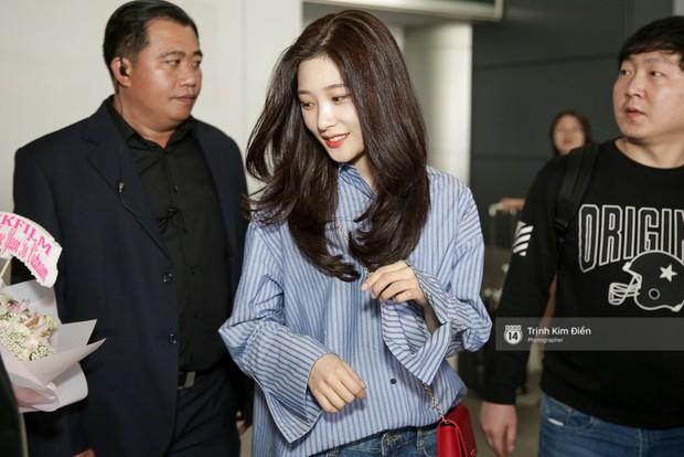 Loạt ảnh: Cận cảnh nhan sắc đỉnh cao của nữ thần thế hệ mới Jung Chae Yeon tại sân bay Tân Sơn Nhất - Ảnh 4.