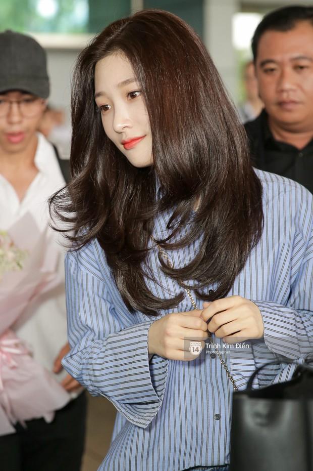 Loạt ảnh: Cận cảnh nhan sắc đỉnh cao của nữ thần thế hệ mới Jung Chae Yeon tại sân bay Tân Sơn Nhất - Ảnh 1.