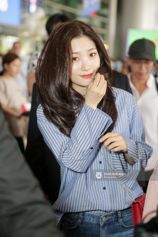 Loạt ảnh: Cận cảnh nhan sắc đỉnh cao của nữ thần thế hệ mới Jung Chae Yeon tại sân bay Tân Sơn Nhất - Ảnh 6.