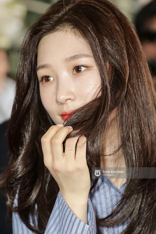 Loạt ảnh: Cận cảnh nhan sắc đỉnh cao của nữ thần thế hệ mới Jung Chae Yeon tại sân bay Tân Sơn Nhất - Ảnh 9.