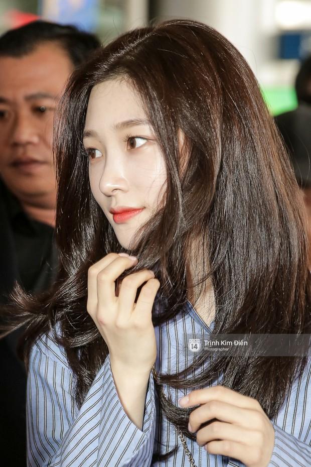Loạt ảnh: Cận cảnh nhan sắc đỉnh cao của nữ thần thế hệ mới Jung Chae Yeon tại sân bay Tân Sơn Nhất - Ảnh 8.