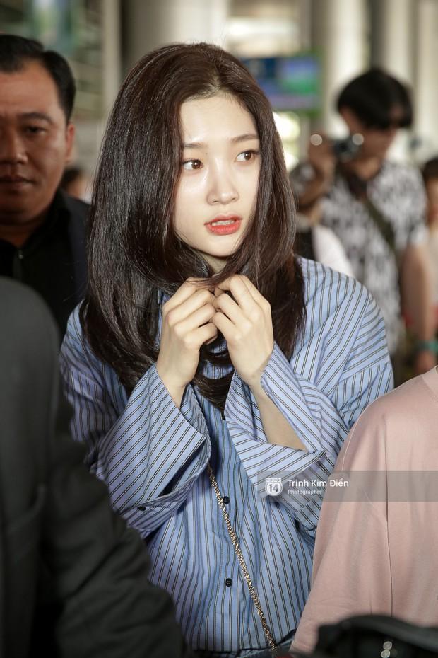 Loạt ảnh: Cận cảnh nhan sắc đỉnh cao của nữ thần thế hệ mới Jung Chae Yeon tại sân bay Tân Sơn Nhất - Ảnh 11.