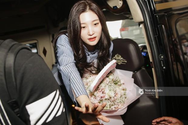 Loạt ảnh: Cận cảnh nhan sắc đỉnh cao của nữ thần thế hệ mới Jung Chae Yeon tại sân bay Tân Sơn Nhất - Ảnh 17.