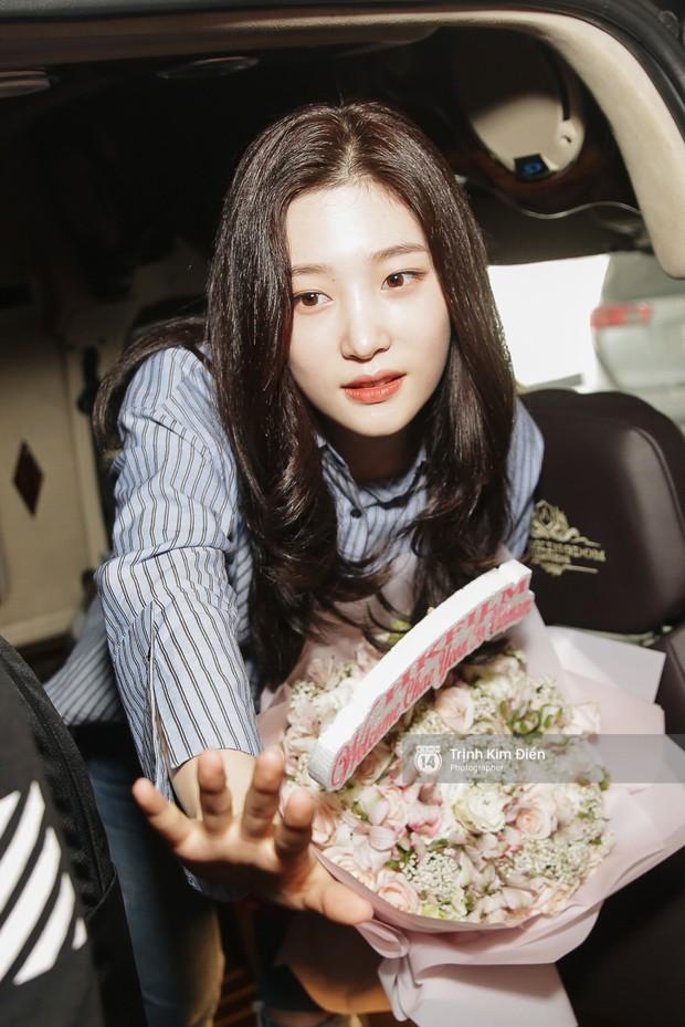 Loạt ảnh: Cận cảnh nhan sắc đỉnh cao của nữ thần thế hệ mới Jung Chae Yeon tại sân bay Tân Sơn Nhất - Ảnh 20.