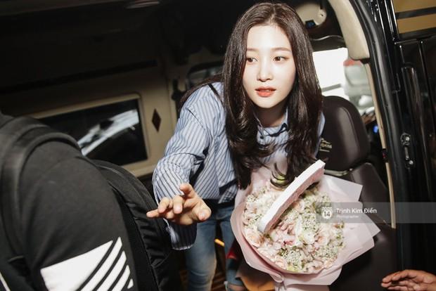 Loạt ảnh: Cận cảnh nhan sắc đỉnh cao của nữ thần thế hệ mới Jung Chae Yeon tại sân bay Tân Sơn Nhất - Ảnh 18.