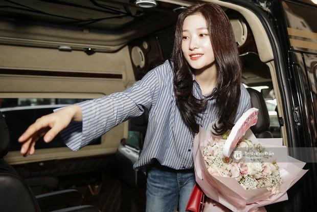 Loạt ảnh: Cận cảnh nhan sắc đỉnh cao của nữ thần thế hệ mới Jung Chae Yeon tại sân bay Tân Sơn Nhất - Ảnh 19.