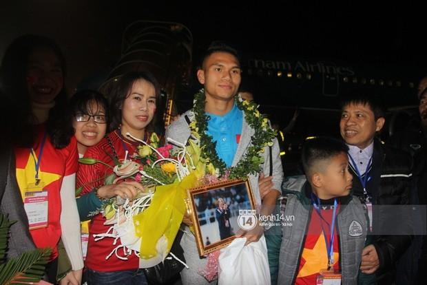 """Đi đón cầu thủ U23 tại Nghệ An: Vỡ trận, chen lấn đến rơi giày cũng cố xem """"cầu thủ thần tượng - Ảnh 4."""