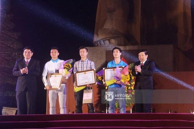 """Đi đón cầu thủ U23 tại Nghệ An: Vỡ trận, chen lấn đến rơi giày cũng cố xem """"cầu thủ thần tượng - Ảnh 5."""