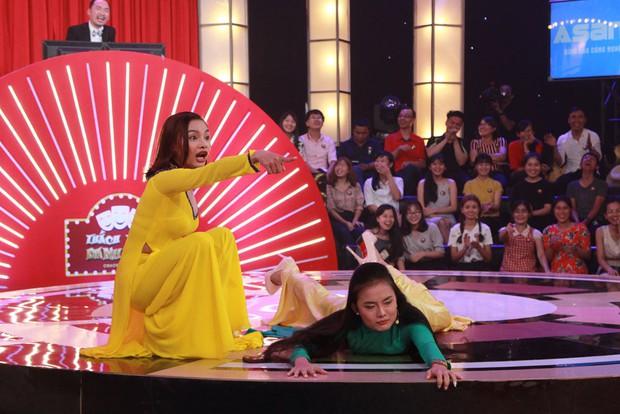 Thách thức danh hài: 2 cô gái rao bánh pía phong cách mẹ thiên hạ khiến Trấn Thành không thể nhịn cười - Ảnh 4.