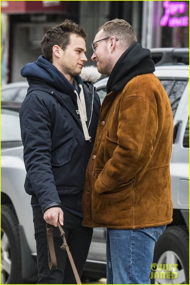 Nụ hôn của trai đẹp 13 Reasons Why và Sam Smith như sưởi ấm trái tim mọi hủ nữ giữa tiết trời lạnh giá - Ảnh 4.